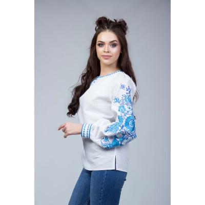 Вишита блуза з синьою вишивкою на рукавах