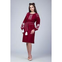 Малинове плаття з білою вишивкою