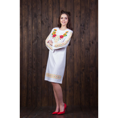 Біле плаття з квітковою вишивкою