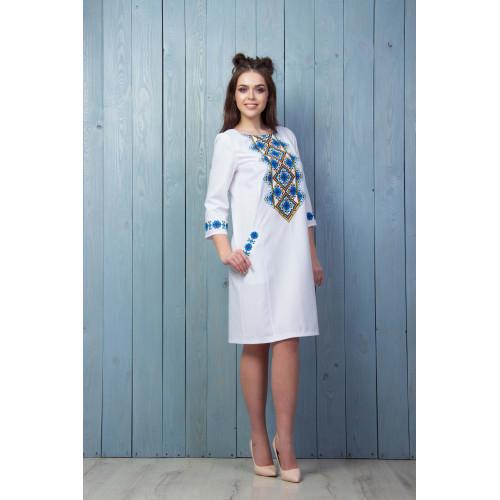 Вишите плаття з синьою вишивкою