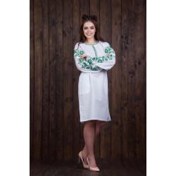 Женское платье с зеленой вышивкой