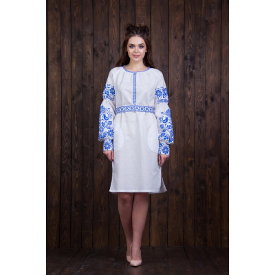 Біле плаття з синьою вишивкою